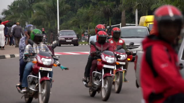 kigali traffic and street scenes - キガリ点の映像素材/bロール