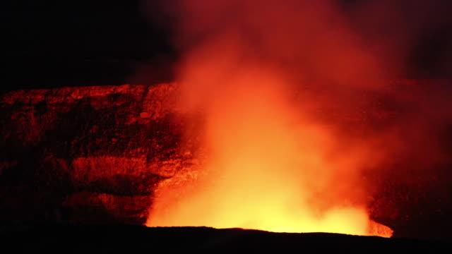 vídeos y material grabado en eventos de stock de kilauea fumarola por la noche - caldera cráter