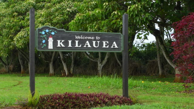 vídeos y material grabado en eventos de stock de kilauea kauai hawaii sign for town 4k - cartel