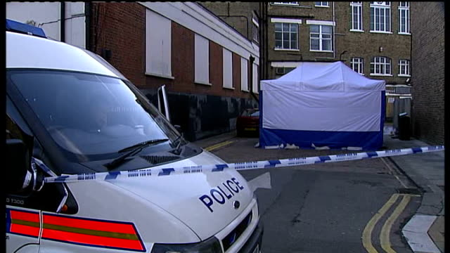 vídeos y material grabado en eventos de stock de decapitated body found england london kilburn kingsgate place ext police incident tent and police vehicle at site where decapitated body found then... - decapitado
