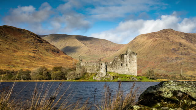 kilchurn castle in scotland - tracking time lapse - scottish culture video stock e b–roll