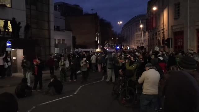 kill the bill protesters outside bristol police headquarters - disegno di legge video stock e b–roll