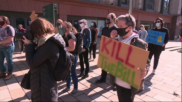 vidéos et rushes de 'kill the bill' protests planned in 25 cities; scotland: glasgow: ext various of protesters with placards wearing face masks protesters chanting sot... - écosse