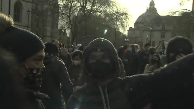 'kill the bill' protests: protesters and police clash in westminster; england: london: westminster: ext protesters in road by the houses of... - war and conflict stock-videos und b-roll-filmmaterial