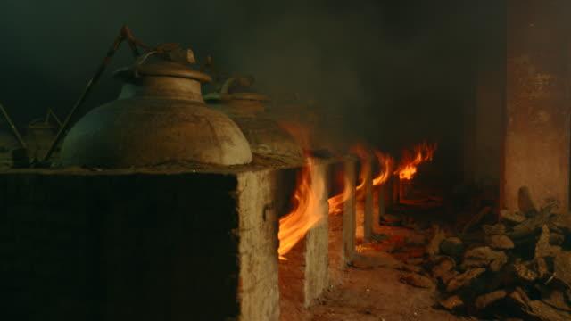 vidéos et rushes de kilns firing / kannauj, uttar pradesh, india - groupe moyen d'objets
