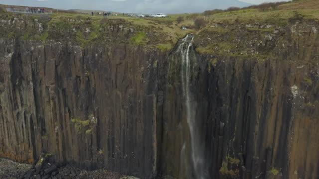 kilt rock, mealt falls, isle of skye - insel skye stock-videos und b-roll-filmmaterial