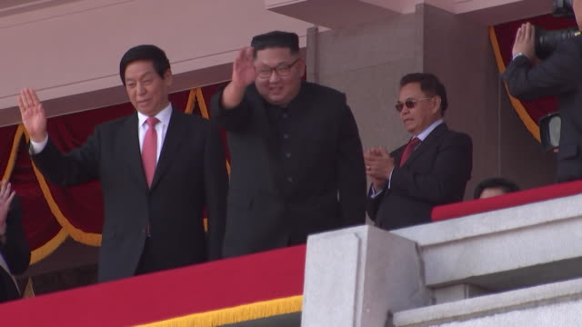kim jong un and li zhanshu greet the crowd from a balcony during the 70th anniversary military parade held on september 9, 2018 in pyongyang, north... - 70周年点の映像素材/bロール