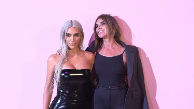 kim kardashian and carine roitfeld at tom ford new york fashion week spring 2018 at park avenue armory on september 06 2017 in new york city - waffenlager stock-videos und b-roll-filmmaterial