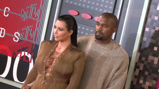 vídeos de stock e filmes b-roll de kim kardashian and kanye west at the 2015 mtv video music awards at microsoft theater on august 30, 2015 in los angeles, california. - 2015