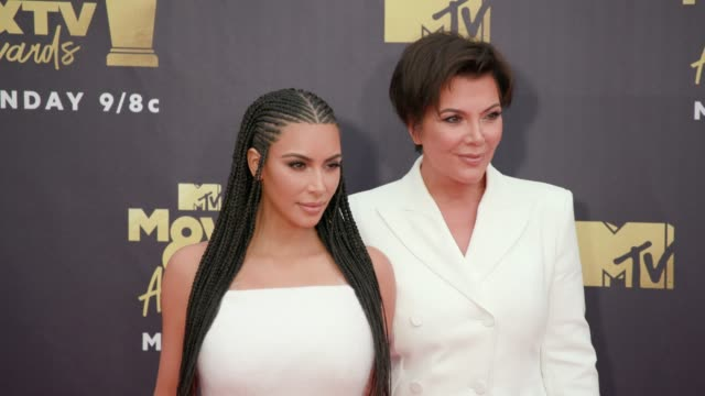 kim kardashian and kris jenner at 2018 mtv movie tv awards arrivals at barker hangar on june 16 2018 in santa monica california - mtv点の映像素材/bロール