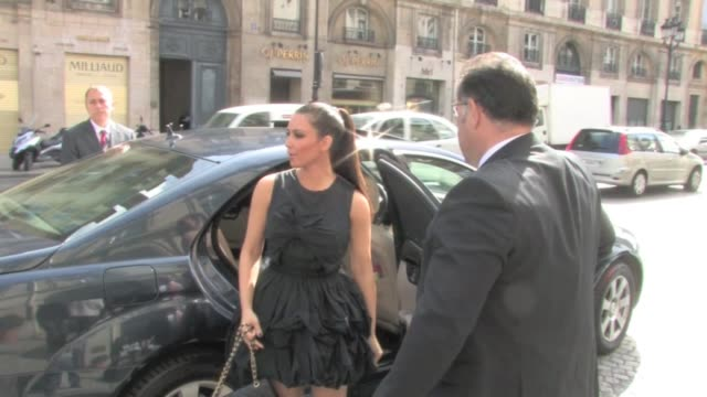 stockvideo's en b-roll-footage met kim kardashian and power mom kris jenner shopping in paris we spotted kim kardashian and her power mom kris jenner on a shopping spree in paris after... - 2010