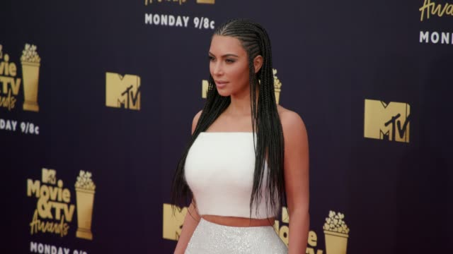 kim kardashian at 2018 mtv movie tv awards arrivals at barker hangar on june 16 2018 in santa monica california - mtv movie & tv awards stock videos & royalty-free footage