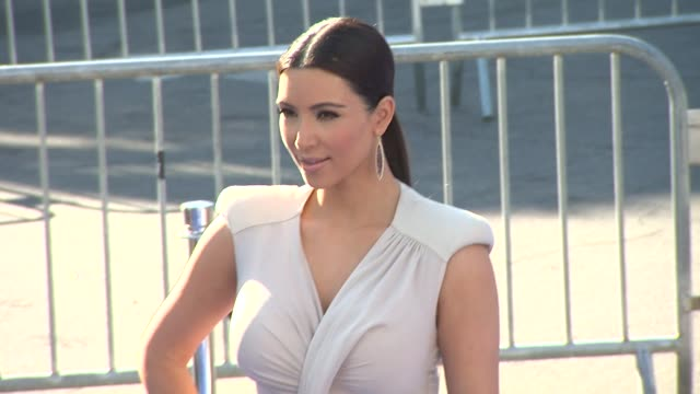 stockvideo's en b-roll-footage met kim kardashian at the 2011 vh1 do something awards at hollywood ca - vh1