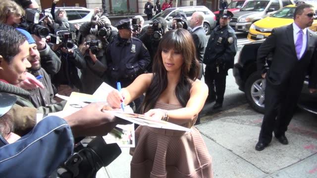 kim kardashian exits the live with kelly michael show and signs for fans in new york ny on 3/26/13 - 2013 bildbanksvideor och videomaterial från bakom kulisserna