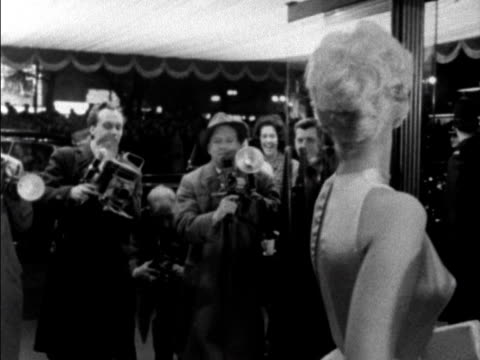 kim novak poses for photographers at the film premiere of once more with feeling at the leicester square theatre 1960 - film premiere stock videos & royalty-free footage