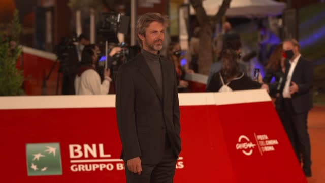 "kim rossi stuart arrives on the red carpet ahead of the ""cosa sara'"" screening during the 15th rome film fest on october 24, 2020 in rome, italy. - rome film festival点の映像素材/bロール"