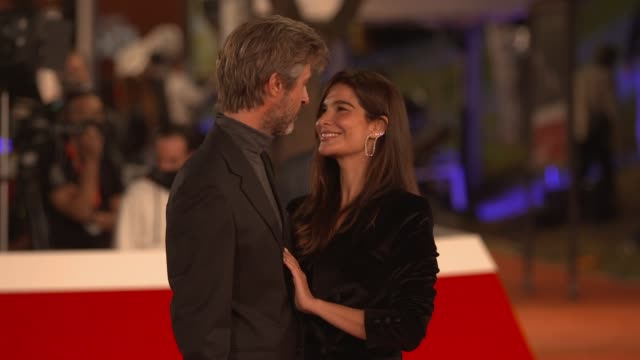 "kim rossi stuart, ilaria spada arrive on the red carpet ahead of the ""cosa sara'"" screening during the 15th rome film fest on october 24, 2020 in... - rome film festival点の映像素材/bロール"