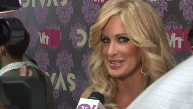 stockvideo's en b-roll-footage met kim zolciak at the 2009 vh1 divas red carpet at new york ny - vh1