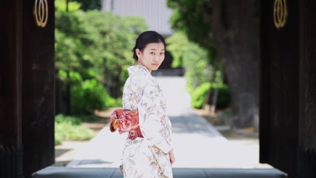 kimono wearing woman makes dramatic exit - 美しい人点の映像素材/bロール