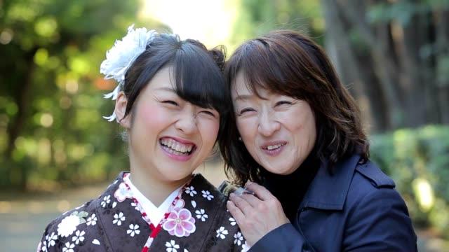 着物の女性と彼女の母親