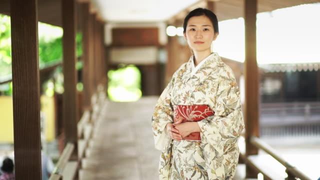 vídeos y material grabado en eventos de stock de kimono-wearing woman on bridge - templo