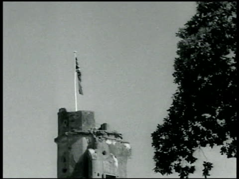 kim's gun standing w/ wheels on platforms british flag flying on top of crumbling tower of the royal fort ws the royal fort w/ kim's gun fg - lahore stock videos and b-roll footage