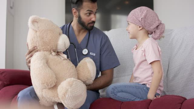 親切な医者は癌で女の子を慰めます - 白血病点の映像素材/bロール