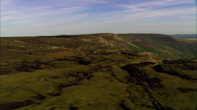stockvideo's en b-roll-footage met kinder scout - luchtfoto - engeland, derbyshire, high peak district, verenigd koninkrijk - derbyshire