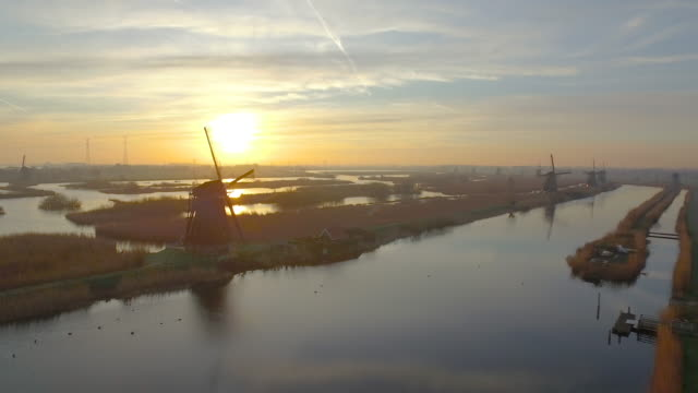 stockvideo's en b-roll-footage met kinderdijk from the sky - schemering