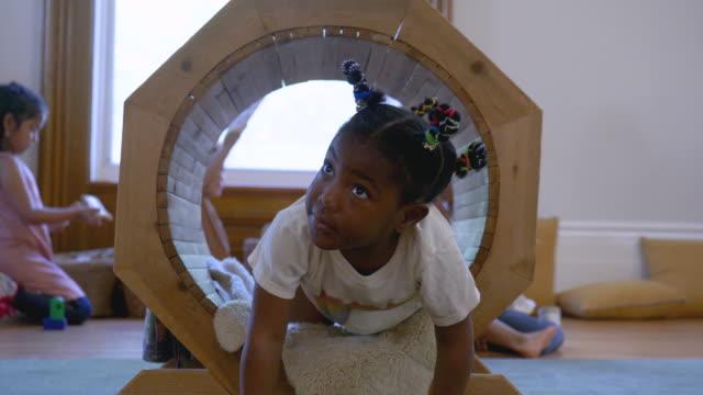 vídeos y material grabado en eventos de stock de niños de jardín de infantes jugando en su aula - ortografia