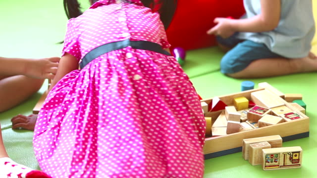 Kleuter, kinderen spelen met blokken speelgoed