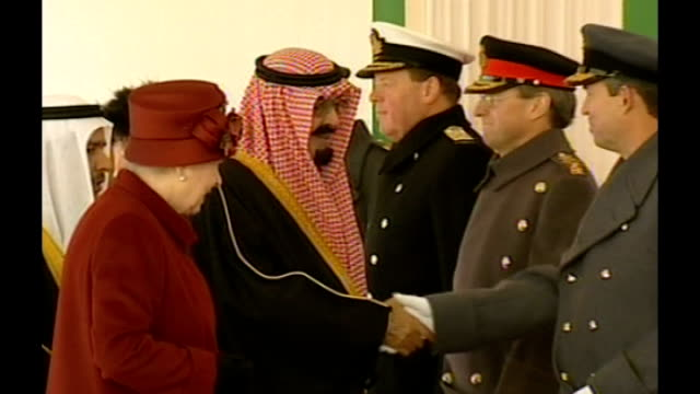 King Abdullah funeral / controversy over UK response LIB INT ENGLAND London Buckingham Palace INT Queen Elizabeth II introducing King Abdullah bin...