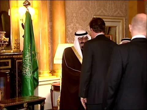 vídeos y material grabado en eventos de stock de king abdullah of saudi arabia meets david cameron and tony blair england london int members of king abdullah of saudi arabia's entourage / king... - rey persona de la realeza