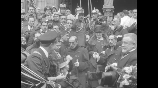 vidéos et rushes de king alfonso xiii in military cap and greatcoat approaches gets into carriage during his first public appearance since the resignation of prime... - baïonnette