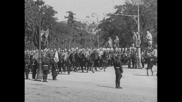 vídeos y material grabado en eventos de stock de king alfonso xiii returns to madrid from barcelona after agreeing to leave spain / alfonso and another man ride in open coach / military parade /... - palacio real de madrid