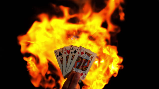slo mo king cards in flames - paranormale video stock e b–roll
