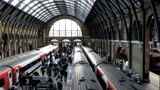 stockvideo's en b-roll-footage met koning cross treinstation st. pancras london, uk - station london king's cross