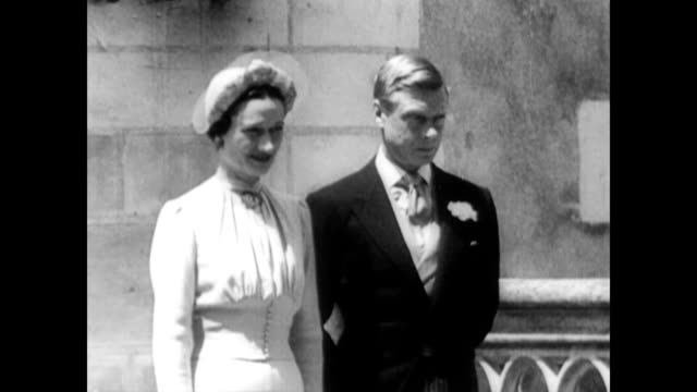 king edward viii and wallis simpson wed / aerial of chateau de cande / king edward and wallis simpson stand on castle steps as men take pictures / cu... - 退位点の映像素材/bロール