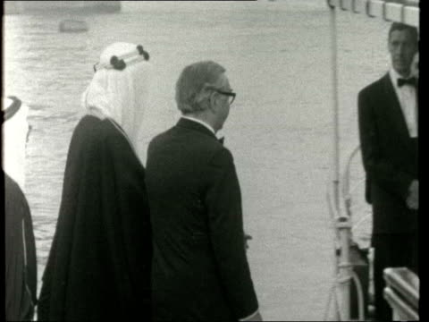 vídeos de stock e filmes b-roll de king faisal on state visit ***also london tower pier ms king faisal down ramp lr and shakes george brown ms brown and king lr king shakes woman bv... - visita