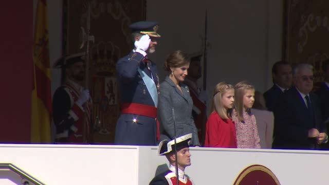 vidéos et rushes de king felipe of spain queen letizia of spain princess leonor of spain and princess sofia of spain attend the national day military parade 2017 - jour