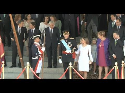 vídeos de stock e filmes b-roll de king felipe vi and queen letizia arrive at spanish parliament - edifício do parlamento