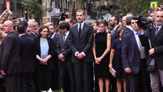 king felipe vi and queen letizia of spain catalonia´s president carles puigdemont and barcelona mayor ada colau pay their respect to the victims at a... - 木曜日点の映像素材/bロール