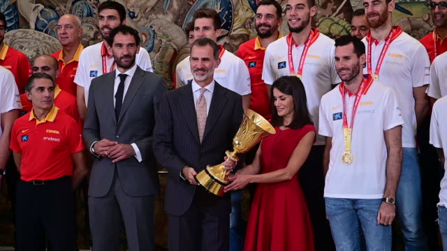 vídeos de stock e filmes b-roll de king felipe vi of spain and queen letizia of spain receive spain basketball national selection at zarzuela palace on september 16 2019 in madrid spain - escolha