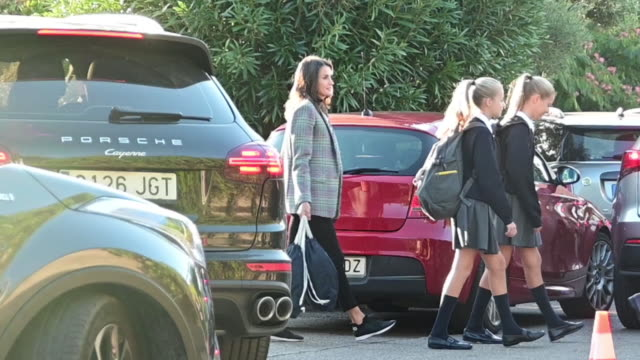 vídeos de stock e filmes b-roll de king felipe vi of spain queen letizia of spain princess leonor of spain and princess sofia of spain arrive at the 'santa maria de los rosales' school... - princesa