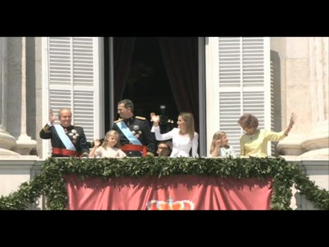 king felipe vi of spain, queen letizia of spain, princess leonor of spain, princess sofia of spain, king juan carlos and queen sofia wave from the... - 2014 stock-videos und b-roll-filmmaterial