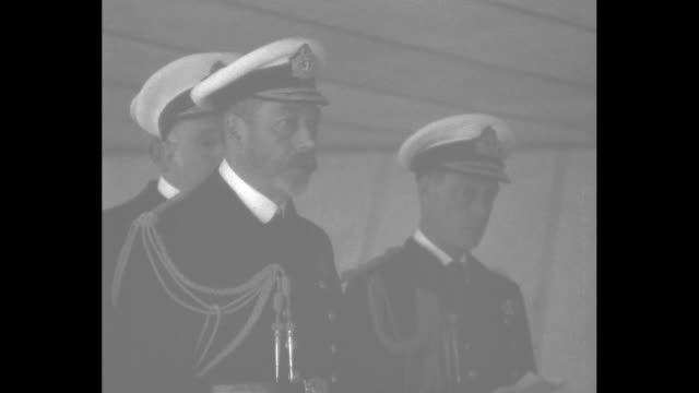 vídeos de stock e filmes b-roll de king george v, prince edward of wales, and prince standing together watching exercises during home fleet review / note: [exact month/day not known] - país de gales