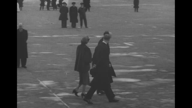 king george vi princess margaret and queen elizabeth walking with others / the group on the tarmac of heathrow with a boac airplane beyond / the... - 1952 bildbanksvideor och videomaterial från bakom kulisserna