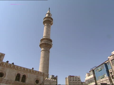 king hussein mosque w/ people walking up courtyard, tall minaret. middle east, hashemite kingdom of jordan, ammann. - 信者点の映像素材/bロール
