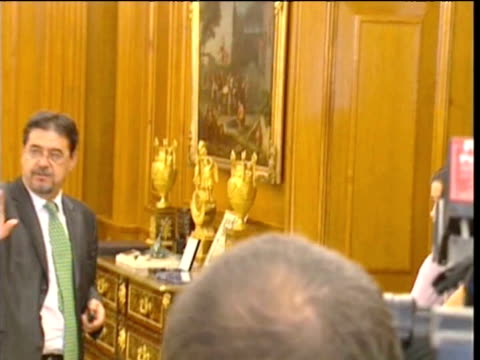 king juan carlos of spain receives venezuela's president hugo chavez at zarzuela palacemadrid spain - ウゴ・チャベス点の映像素材/bロール
