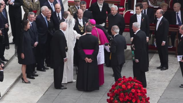stockvideo's en b-roll-footage met king juan carlos queen sofia of spain georg ganswein at pope john paul ii and pope john xxiii are declared saints during a vatican mass at st peter's... - pope john xxiii